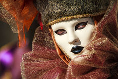 Retrato de uma mulher glamoroso e sedutor com olhos bonitos e de uma máscara venetian durante o carnaval de Veneza Imagens de Stock