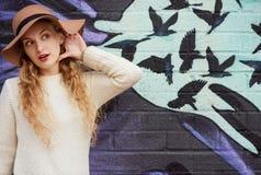 Retrato de uma mulher graciosa bonita no chapéu elegante com borda larga Fotos de Stock