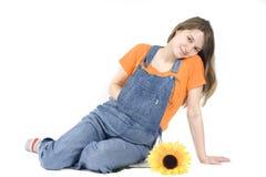 Retrato de uma mulher gravida feliz com girassol fotografia de stock royalty free