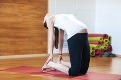 Retrato de uma mulher gravida nova bonita que faz exercícios Dar certo, ioga e aptidão, conceito da gravidez Foto de Stock