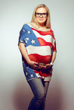 Retrato de uma mulher gravida nova de sorriso imagem de stock