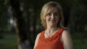 Retrato de uma mulher gravida que aprecie os raios do outono passado do sol video estoque