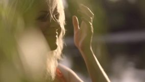 Retrato de uma mulher gravida que aprecie os raios do outono passado do sol Movimento lento vídeos de arquivo