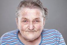 Retrato de uma mulher idosa fotos de stock