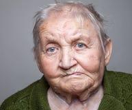 Retrato de uma mulher idosa foto de stock royalty free