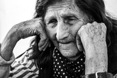 Retrato de uma mulher idosa com expressão triste da cara Foto de Stock