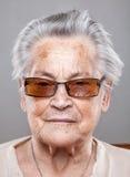 Retrato de uma mulher idosa com vidros imagem de stock