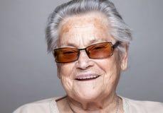 Retrato de uma mulher idosa com vidros fotos de stock
