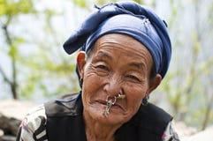 Retrato de uma mulher idosa de Sherpa do Nepali Fotografia de Stock Royalty Free