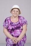 Retrato de uma mulher idosa em um chapéu Foto de Stock