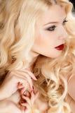 Retrato de uma mulher loura atrativa com cabelo encaracolado longo, isolado no tiro preto do estúdio Fotos de Stock Royalty Free