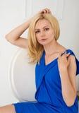 Retrato de uma mulher loura bonita em um vestido azul Imagem de Stock Royalty Free