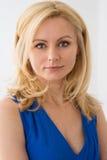 Retrato de uma mulher loura bonita em um vestido azul Imagens de Stock Royalty Free
