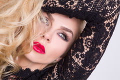 Retrato de uma mulher loura bonita muito com os olhos verdes dos bordos vermelhos doces Fotos de Stock