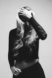 Retrato de uma mulher loura bonita que esconde atrás de seu cabelo Foto de Stock