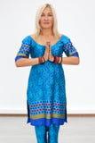 Retrato de uma mulher loura caucasiano adulta imagem de stock