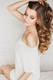 Retrato de uma mulher loura nova bonita com foto de stock