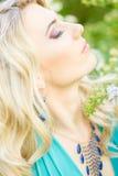 Retrato de uma mulher loura nova bonita com cabelo longo fotografia de stock royalty free