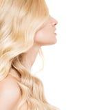 Retrato de uma mulher loura nova bonita com cabelo ondulado longo Fotos de Stock Royalty Free