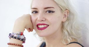 Retrato de uma mulher loura nova do moderno 'sexy' vídeos de arquivo
