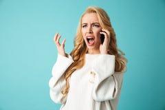 Retrato de uma mulher loura nova irritada na camiseta Imagem de Stock Royalty Free