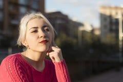 Retrato de uma mulher loura nova que gesticula na rua imagem de stock royalty free