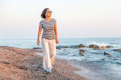 Retrato de uma mulher madura atrativa à moda 50-60 anos no Imagem de Stock Royalty Free