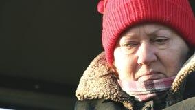 Retrato de uma mulher madura em um chapéu vermelho video estoque