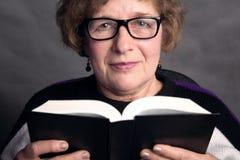 Retrato de uma mulher mais idosa bonita com vidros fotografia de stock
