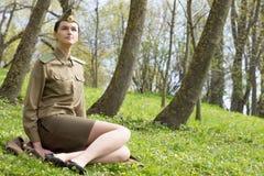Retrato de uma mulher militar do russo em um jardim de florescência Foto de Stock Royalty Free