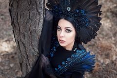 Retrato de uma mulher misteriosa bonita na floresta fotos de stock royalty free