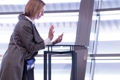 Retrato de uma mulher moderna que usa um telefone na cidade Fotografia de Stock Royalty Free
