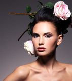 Retrato de uma mulher moreno bonita com penteado criativo Fotos de Stock