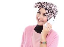Retrato de uma mulher muçulmana asiática que chama pelo telefone Imagens de Stock
