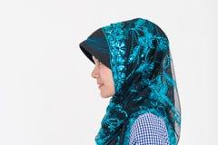 Retrato de uma mulher muçulmana do Islã no fundo branco imagens de stock royalty free