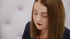 Retrato de uma mulher muito bonita na sala video estoque