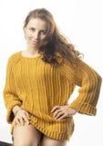 Retrato de uma mulher na camiseta no fundo branco Fotografia de Stock Royalty Free