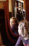 Retrato de uma mulher na frente de um espelho fotos de stock royalty free