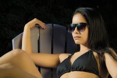 Retrato de uma mulher nas horas de verão imagem de stock