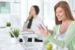 Retrato de uma mulher de negócio agradável com um portátil Foto de Stock