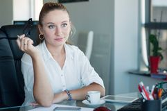 Retrato de uma mulher de negócio atrativa no escritório Segundo diligente imagens de stock royalty free
