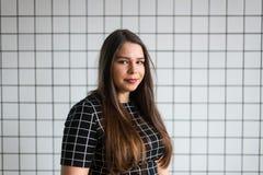 Retrato de uma mulher de negócio segura nova sobre o fundo cinzento Copie o espaço fotos de stock