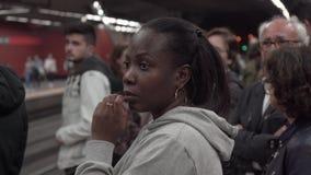Retrato de uma mulher negra que espera um trem na estação video estoque
