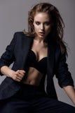 Retrato de uma mulher no blazer preto fotografia de stock royalty free