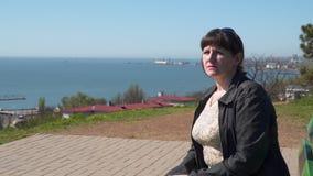 Retrato de uma mulher no fundo do mar video estoque