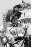 Retrato de uma mulher no traje histórico Guarda um guarda-chuva Foto de Stock Royalty Free