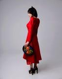 Retrato de uma mulher no vestido vermelho Fotografia de Stock Royalty Free