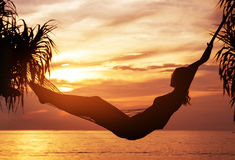 Retrato de uma mulher nova, atrativa que olha um por do sol foto de stock