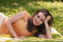 Retrato de uma mulher nova bonita Imagem de Stock Royalty Free