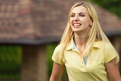 Retrato de uma mulher nova bonita Caminhada do verão no parque fotos de stock royalty free